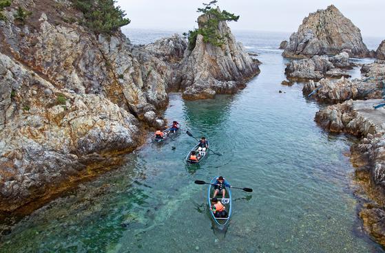 한국인 55.2%가 올해 여름휴가를 떠날 계획인 것으로 조사됐다. 강원도 삼척 장호항에서 투명카누를 타는 사람들. [중앙포토]
