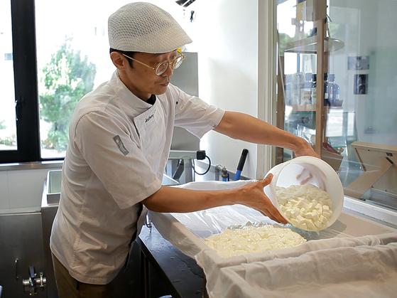 조장현 셰프가 파주 목장에서 가져온 무항생제 인증 우유로 스트라키노 치즈를 만들고 있다.