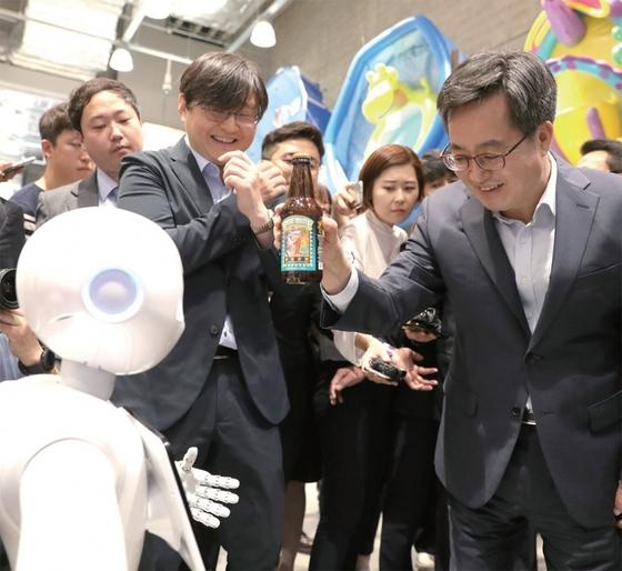 스타필드 하남을 방문해 인공지능 로봇 '페퍼'를 체험하는 김동연 부총리. 맥주의 라벨을 인간형 로봇인 페퍼의 눈에 내장된 카메라에 갖다 대면 안주정보는 물론 맥주와 궁합이 잘 맞는 안주까지 추천해 준다.