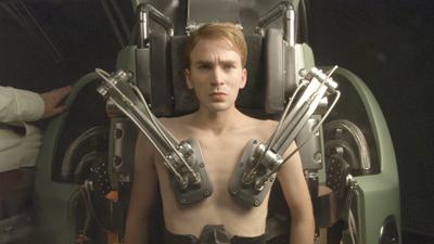 캡틴 아메리카가 되기 전의 스티브 로저스. 2차 세계대전에 참가하기위해 군인되고자 했던 로저스는 허약한 신체때문에 여러 번 입대를 거절당한다. 그러나 그의 올곧은 신념과 바른 품성이 눈에 띄어 강한 힘과 스피드를 갖게 만들어주는 '수퍼 솔저 프로젝트'의 대상자로 뽑힌다. [영화 캡틴 아메리카]