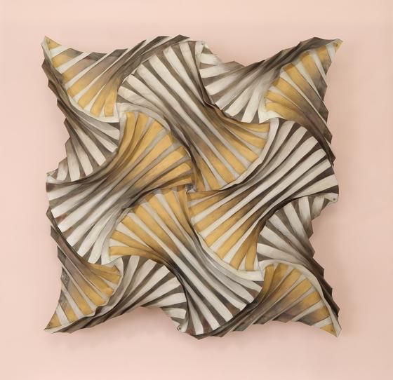 스웨덴에서 활동하는 소진국 작가의 작품 'Untitled'(Steel mesh, painted gold, silver).[사진 영은미술관]