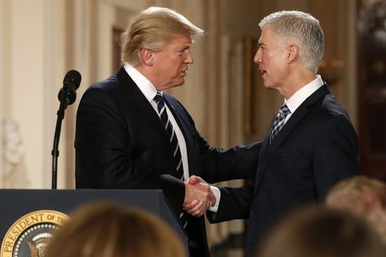 트럼프 대통령과 그가 지명한 보수 성향의 닐 고서치 대법관(오른쪽)