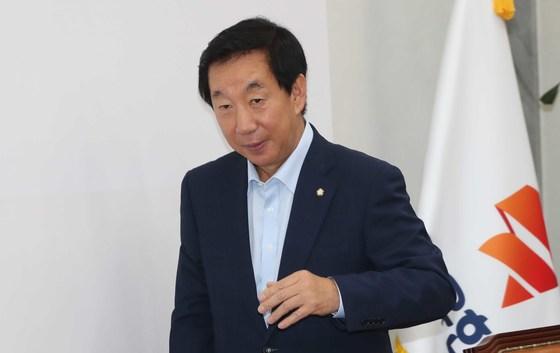 자유한국당 원내대책회의가 27일 국회에서 열렸다. 김성태 대표 권한대행이 회의에 참석하고 있다.