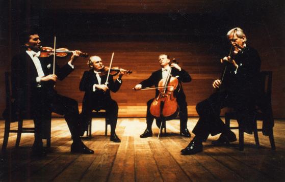 체코의 스메타나 현악 4중주단의 내한공연 모습. 두 개의 바이올린과 비올라, 첼로로 구성된 현악 4중주는 18세기 말부터 연주된 기악협주곡이다. [중앙포토]