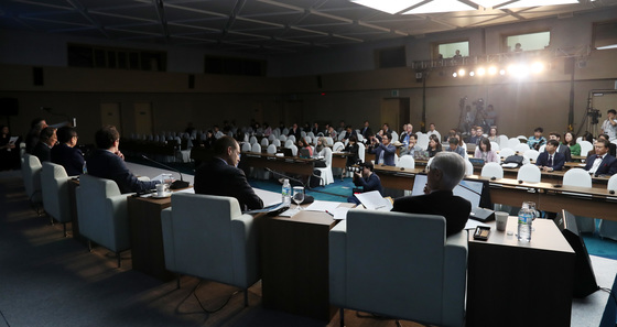 제13회 제주포럼 마지막 날인 28일 오전 제주컨벤션센터에서 '한반도 평화체제 구축을 위한 외교'란 주제로 외교관라운드테이블 세션이 진행되고 있다. 김경록 기자