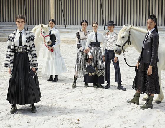 지난 5월25일 '디올'은 프랑스 파리 북쪽에 위치한 샹티이 성의 마구간에서 2019년 여름을 위한 크루즈 컬렉션 쇼를 열었다. 멕시코 로데오 기수의 전통의상에서 영감을 받은 의상 콘셉트를 잘 보여주기 위한 기발하고도 탁월한 장소 선택이었다.