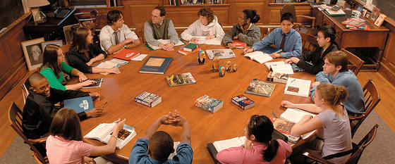 마크 저커버그가 졸업한 필립스 액시터 아카데미는 모든 수업이 토론식이다. 원탁에 둘러앉아 스스로 공부해온 지식을 남들과 공유하며 지혜를 키운다. 저커버그는 이 학교 출석부의 애칭(facebook)에서 아이디어를 얻어 자신의 회사 이름을 지었다. [중앙포토]