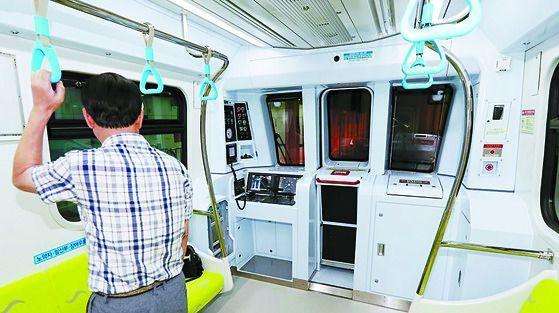 무인 운행되는 인천지하철 2호선. 서울교통공사는 최근 지하철 8호선을 무인 시스템인 '전자동운전(DTO)'으로 시험 운행했다. 설계 단계부터가 아닌 운행 중인 지하철에 도입하려 하는 건 처음이다. [연합뉴스]