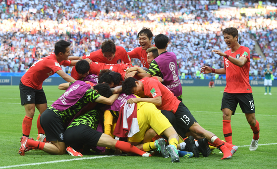 독일을 물리친 뒤 서로 부둥켜안고 기뻐하는 한국 선수들. 심리 전문가와 체력 프로그램, 베이스캠프 선정, 전술 운영 등에서 좀 더 치밀하고 전문적이어야 4년 뒤 월드컵에서 좋은 결과를 기약할 수 있다. [임현동 기자]