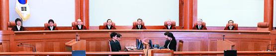 지난 28일 오후 서울 종로구 재동 헌법재판소에서 '양심적 병역거부' 사건에 대한 결정을 내리고 있다. 이날 헌재는 대체복무제를 규정하지 않은 병역법 조항에 대해 헌법불합치 판단을 내렸다. 장진영 기자