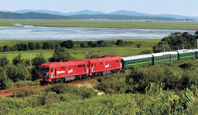 2011년 김정일 북한 국방위원장이 러시아를 방문했을 때 이용한 특별열차. 앞의 붉은색 기관차는 러시아의 디젤 기관차 'TEP 70'형이다. [중앙포토]