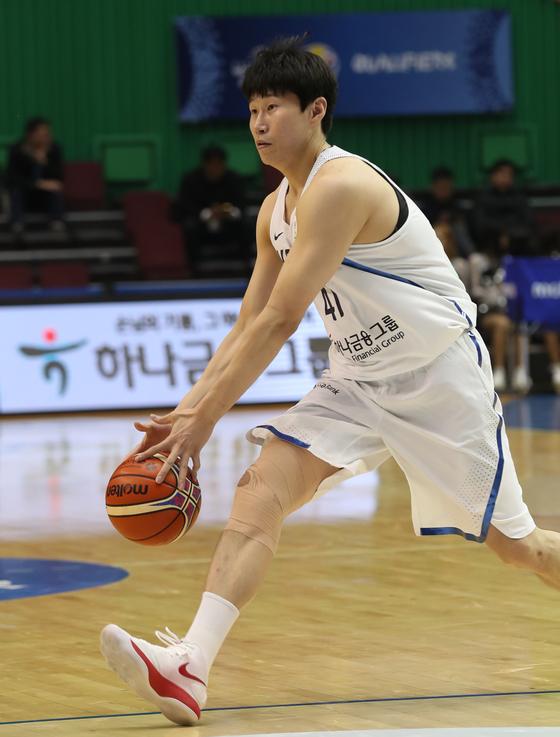 2019 FIBA세계남자농구월드컵 아시아예선 한국-홍콩전이 23일 잠실실내체육관에서 진행됐다. 한국 오세근이 드리블 돌파를 하고 있다.양광삼 기자yang.gwangsam@joins.com/2018.02.23/