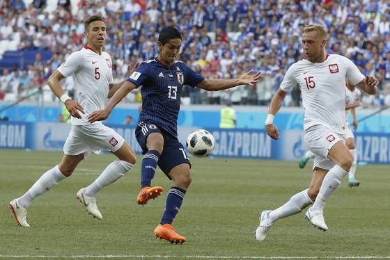 29일 열린 러시아 월드컵 H조 조별리그 3차전에서 일본의 무토 요시노리(가운데)가 폴란드의 카밀 글리크(오른쪽)와 공을 다투고 있다. [EPA=연합뉴스]