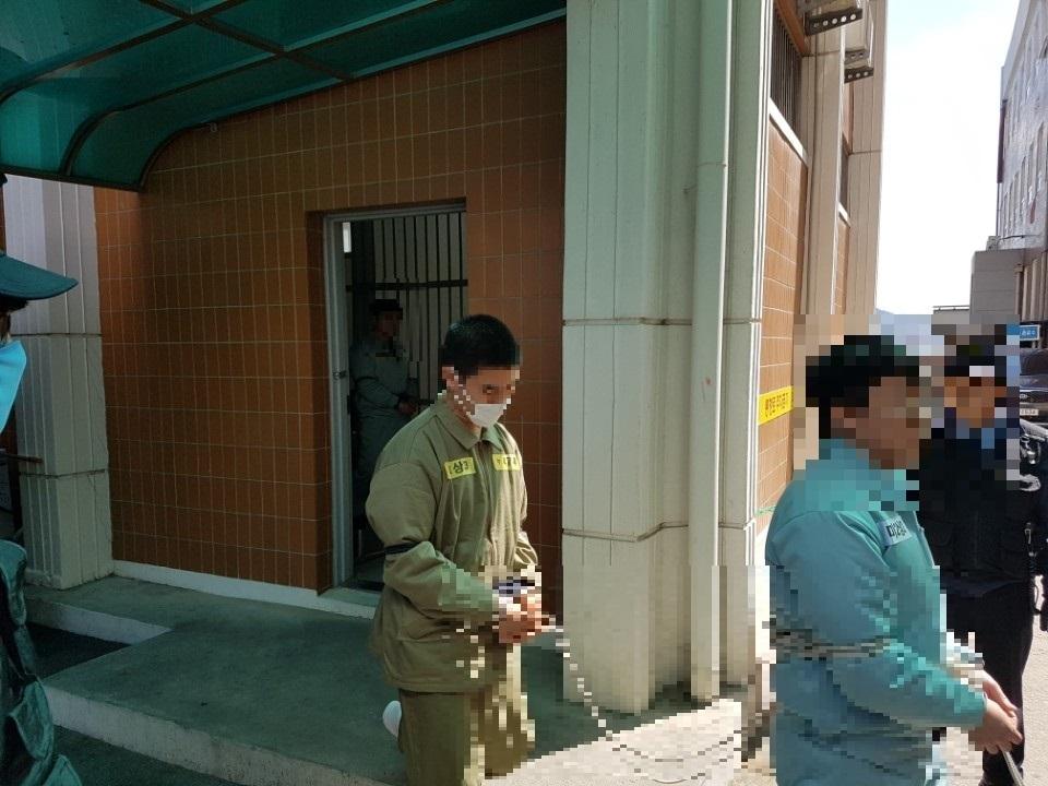지난 3월 14일 재판을 마친 뒤 법정을 빠져 나가는 준희양 친부 고모(37)씨. 전주=김준희 기자
