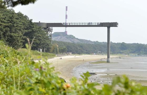 충남 서천군 장항읍 해변에 있는 장항스카이웨이(기벌포해전 전망대). 멀리 과거 장항제련소였던 굴뚝이 보인다. 프리랜서 김성태