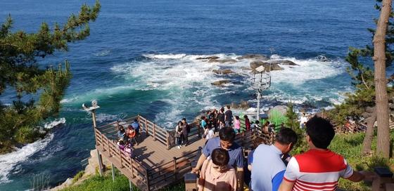 강원도 속초를 찾은 관광객들이 65년 만에 민간에 개방된 외옹치 '바다향기로'를 산책하고 있다. [박진호 기자]