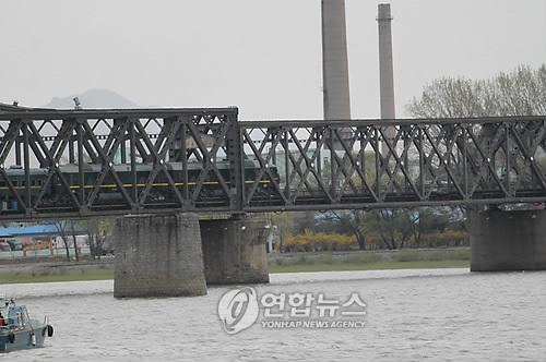 중국 단둥과 북한 신의주 사이를 오가는 열차가 압록강대교를 건너고 있다. [연합뉴스]