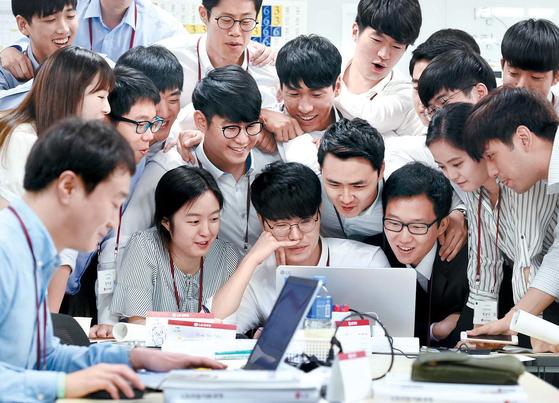 LG그룹 신입사원들이 경기도 이천의 LG인화원에서 회사가 개발한 제품에 대해 토론하고 있다. LG는 신입사원들의 제품 이해도와 친밀감을 높이기 위해 매년 이런 교육을 진행한다. [사진 LG그룹]