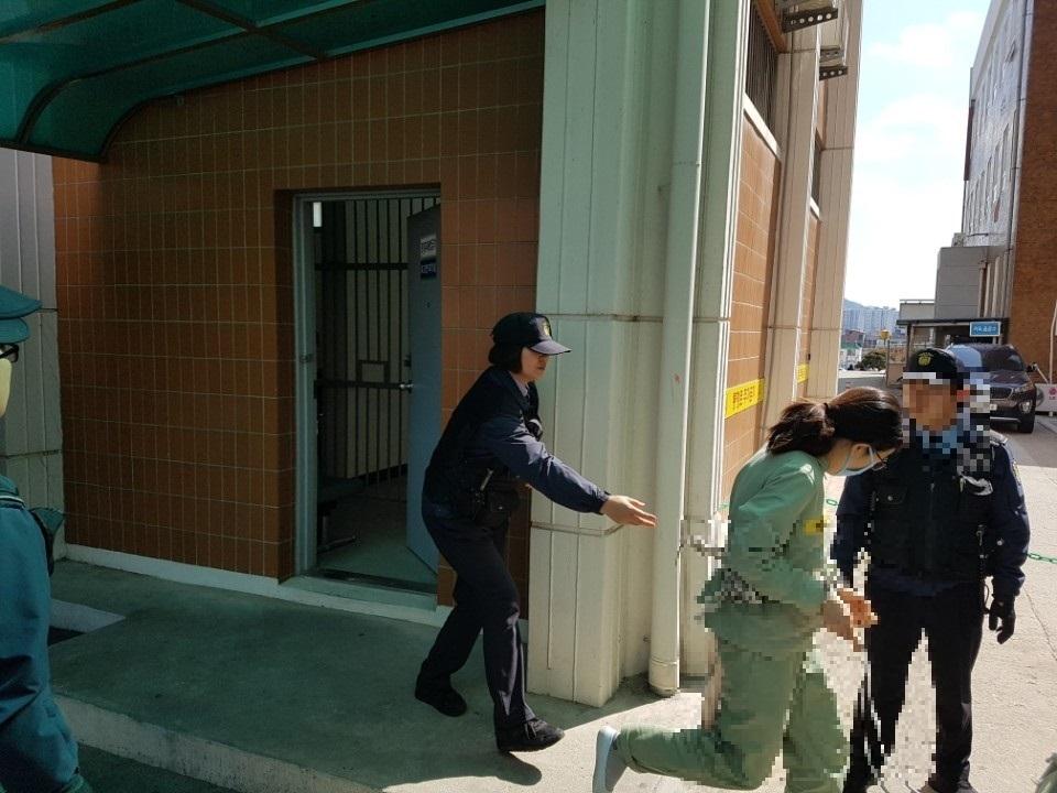 취재진을 피해 황급히 법정을 빠져 나가는 고씨 동거녀 이모(36)씨. 전주=김준희 기자
