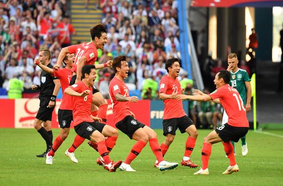 28일 러시아 카잔에서 열린 러시아 월드컵 F조 조별리그 3차전 독일전에서 기뻐하는 한국 축구대표팀 선수들. 카잔=임현동 기자