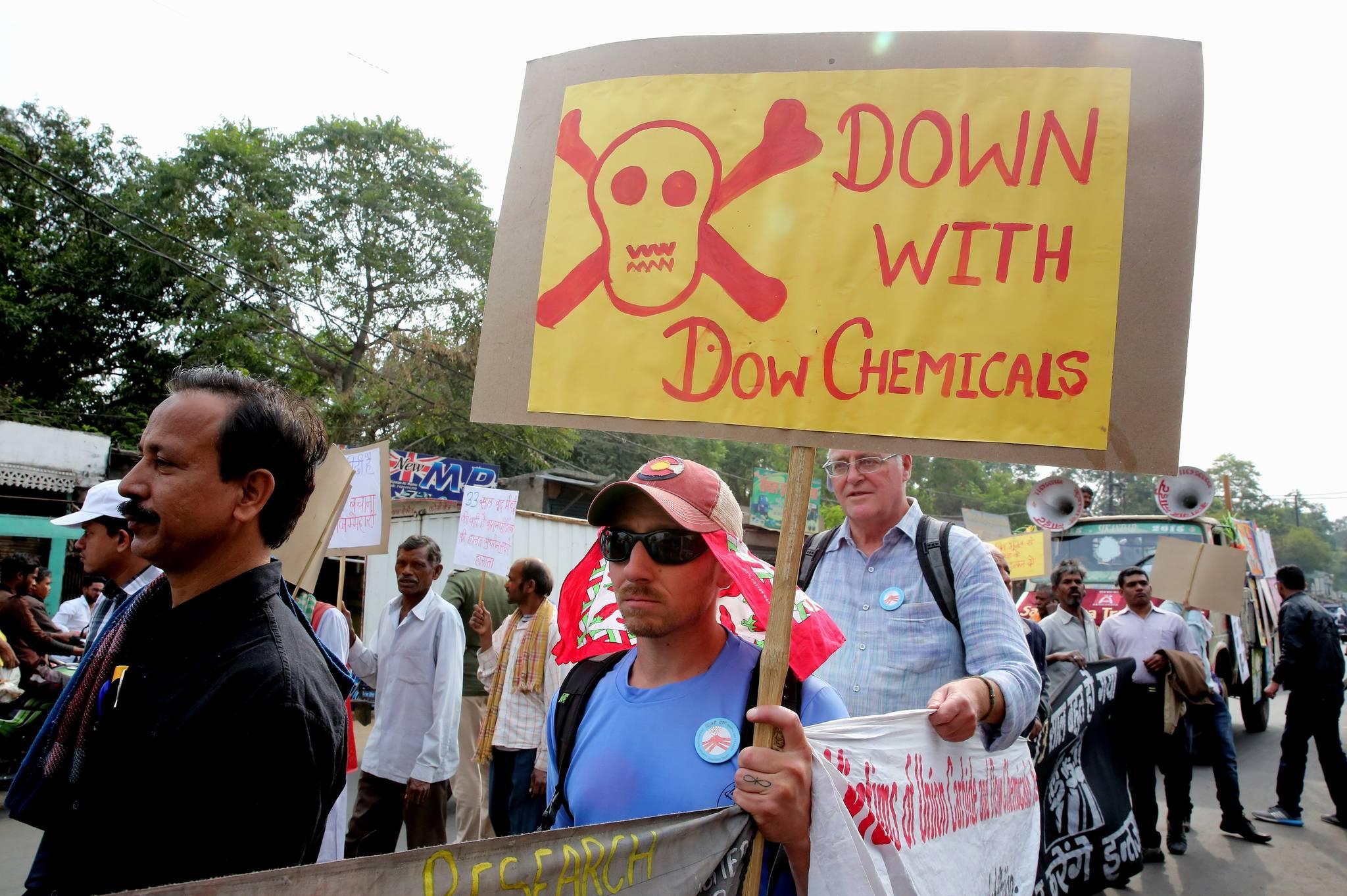 보팔 참사 33주년을 맞은 2017년 12월 3일 인도 현지에서 피해자와 지원단체 회원들이 플래카드를 들고 시위를 벌이고 있다. 다우케미칼은 사고를 일으킨 업체 유니언 카바이드를 인수했다. [EPA=연합]