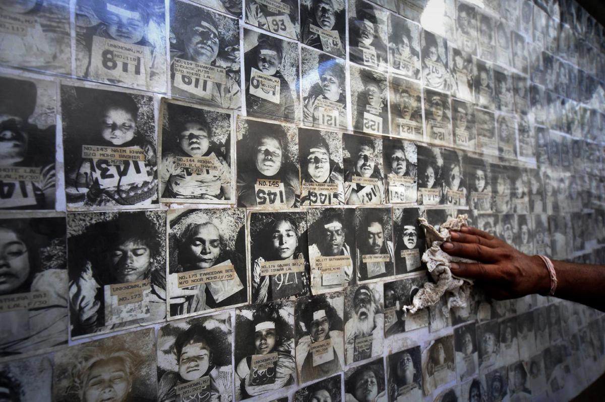 보팔 참사 희생자들의 사진. [중앙포토]