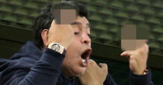 지난 27일(현지시간) 마라도나가 아르헨티나가 나이지리아를 상대로 결승골을 넣자 양손 중지로 손가락 욕을 해 논란이 됐다. [타스=연합뉴스]