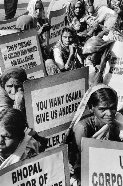 사고 책임자 처벌 등을 요구하며 시위를 벌이는 보팔 시민들. [중앙포토]