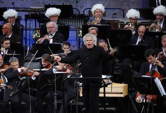 폭탄머리 가발을 쓰고 래틀을 흉내낸 단원들과 함께 엘가의 '위풍당당 행진곡'을 연주하며 베를린필과 작별한 지휘자 사이먼 래틀. [AP=연합]