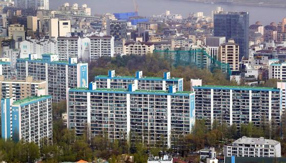 정부가 보유세를 인하하는 방안을 내놓자 다주택자들은 임대사업자로 등록하거나 가족들에게 증여하는 등의 대책을 세우고 있다. 사진은 서울 강남구 일대 아파트 모습. <저작권자 ⓒ 1980-2018 ㈜연합뉴스. 무단 전재 재배포 금지.>