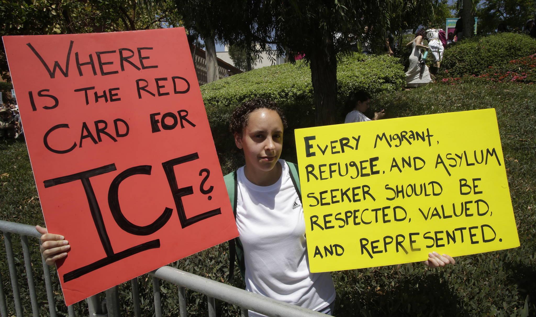 """ICE에게 줄 레드 카드는 어디에?"" 트럼프 대통령의 이민정책에 반대하는 한 LA 시민이 피켓 시위를 펼치고 있다. ICE(Immigration and Customs Enforcement)는 미국 이민세관단속국이다. [EPA=연합뉴스]"