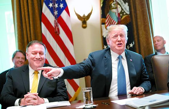지난달 21일 내각회의를 주재중인 트럼프 대통령(오른쪽)과 회의에 참석한 폼페이오 국무장관. [UPI=연합뉴스]