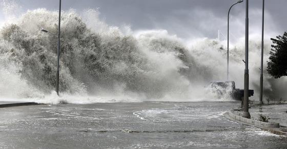 지난 2016년 10월 5일 제18호 태풍 차바의 북상으로 부산 해운대구 마린시티 앞 방파제에 집채 만하 파도가 몰아치고 있다. [중앙포토]
