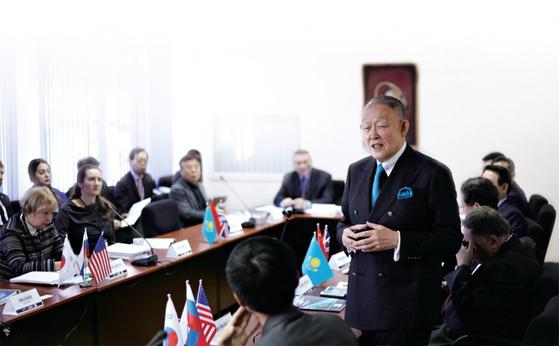 2016년 10월 '한반도의 지속적·동태적 경제 발전을 위한 북한의 비핵화'라는 주제로 키메프대에서 열린 국제학술대회 도중 발언하는 방찬영 총장. / 사진:키메프대