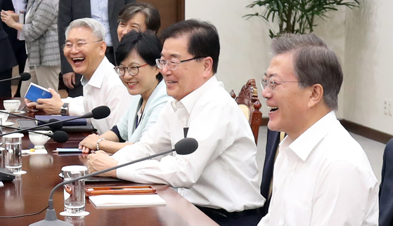 지난해 8월 7일 여름 휴가에서 복귀한 문재인 대통령이 수석 보좌관 회의에서 참석자들과 함께 웃음으로 회의를 시작하고 있다. 청와대 사진기자단