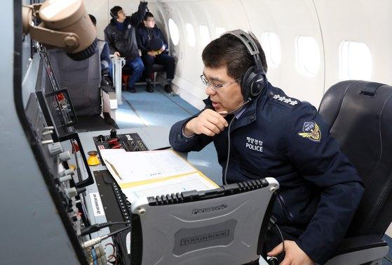 박경민 해양경찰청장이 2월 6일 오후 동해 대화퇴 해역 고정익 항공기(CN-235)에서 동해해역 경비함정과 교신해 근무 중인 직원들을 격려하고 있다. [사진 해양경찰청 제공]