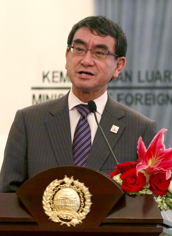 고노 다로 일본 외무상이 지난달 25일 인도네시아 자카르타에서 일-인니 외무장관 회담을 마친 뒤 기자회견을 하고 있다. [EPA=연합뉴스]
