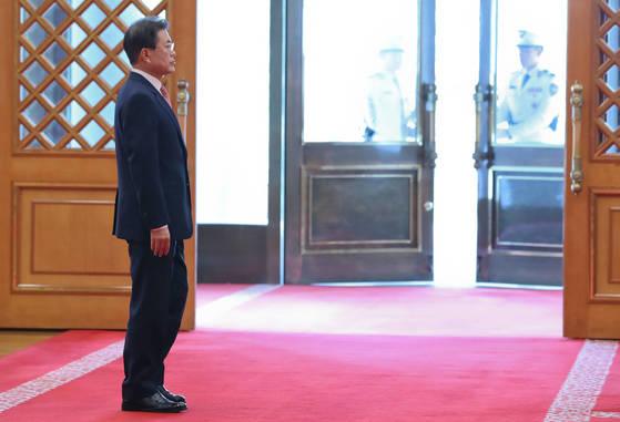 문재인 대통령이 지난 4일 오후 청와대 본관에서 공식 방한한 로드리고 두테르테 필리핀 대통령을 기다리고 있다. [청와대사진기자단]