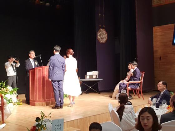 추미애 더불어민주당 대표가 30일 결혼식을 올리는 딸 재현씨의 모습을 바라보고 있다. 하준호 기자