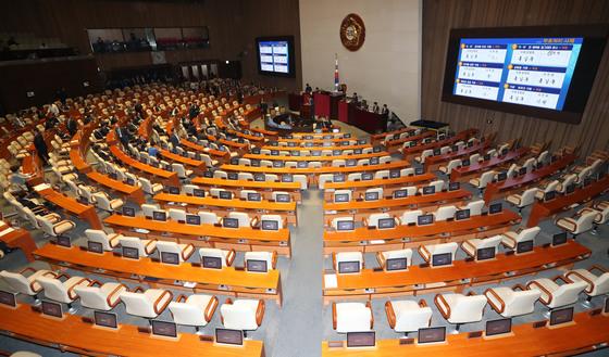 지난 5월 24일 열린 국회 본회의에서 더불어민주당 의원들만 참여해 대통령 개헌안 투표를 했다. 강정현 기자