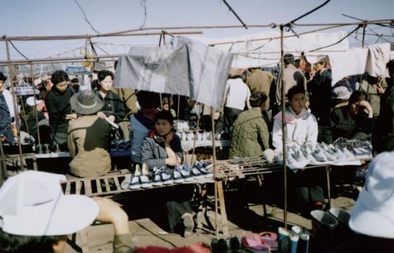 함흥 시내의 농민시장, 일명 장마당. 북한 경제의 장마당 의존도는 70% 이상으로 옛소련 말기, 중국 개방 초기보다 높다는 것이 전문가들의 지적이다.