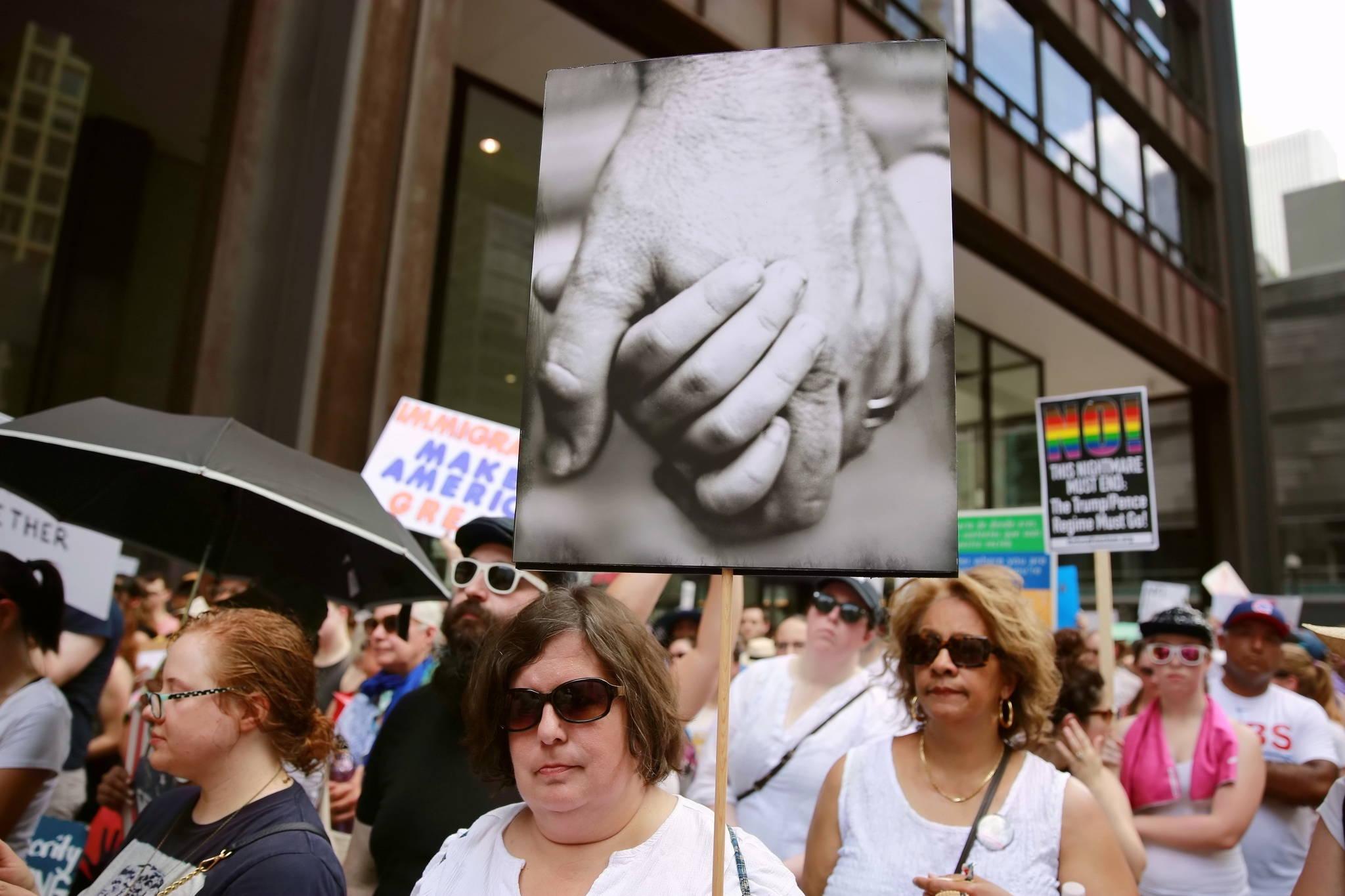 """시카고 시민들이 """"가족은 함께 해야 한다""""(Families Belong Together) 집회에 참가해 행진하고 있다. [Xinhua=연합뉴스]"""