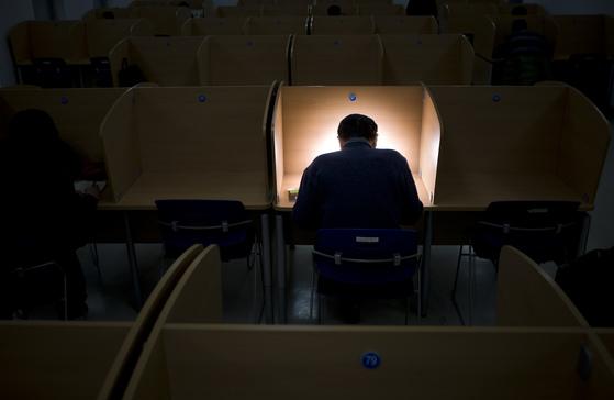 한 대학의 도서실에서 중년 남성이 밤 늦게까지 학업에 매진하고 있다. [중앙포토]