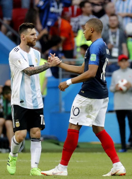 프랑스 공격수 음바페(오른쪽)가 1일 러시아 월드컵 16강에서 2골을 몰아치며 8강행을 이끌었다. 아르헨티나 메시(왼쪽)를 집으로 보냈다. [EPA=연합뉴스]
