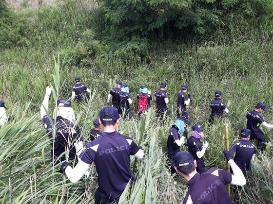 지난달 22일 경찰이 실종된 A양을 찾고 있는 모습. [연합뉴스]