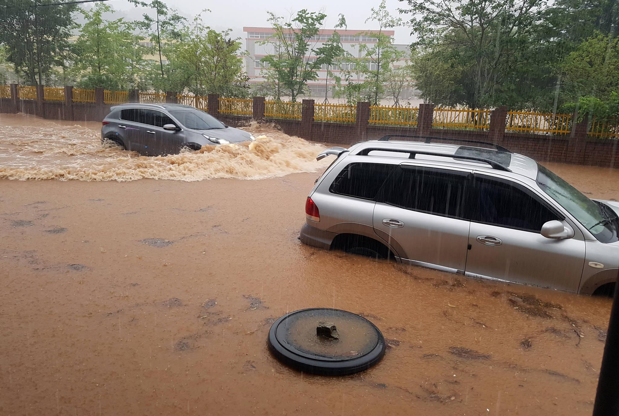 장마전선의 영향으로 남부지방에 많은 비가 내린 1일 오전 전남 보성군 보성읍의 한 도로가 침수돼 차량들이 거북이 운행을 하고 있다. [연합뉴스]