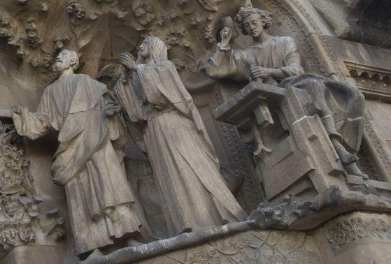 사그라다 파밀리아 성당에 있는 예수를 목수 도제(carpenter's apprentice)로 형상화한 작품. [사진: Txllxt TxllxT]