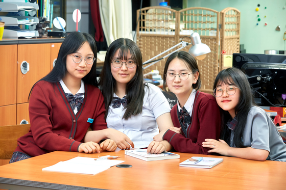 숭신여고 인피니트팀, 왼쪽부터 황인영‧유원희‧김은지‧인수빈(2017년 당시 고1) 학생. '살색 스타킹은 올이 잘 나간다'는 문제를 해결하기 위한 프로젝트를 구성했다. 스타킹의 자투리 천과 캐릭터를 이용해 구멍을 가릴 수 있는 패치를 만들었다.