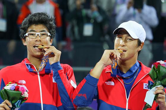 2014년 인천 아시안게임 테니스 남자 복식에서 금메달을 딴 정현(왼쪽)과 임용규. [사진 대한테니스협회]