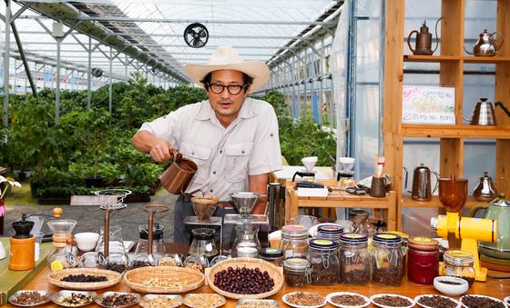 담양 커피농장의 임영주 대표가 방문객에게 원두커피 내리는 요령을 설명하고 있다. 임 대표는 2015년 6월 고향인 담양에 정착해 커피 재배와 사계절 커피 체험이 가능한 농장을 운영하고 있다. [프리랜서 장정필]